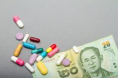 Ιατρικά χάπια στα διαφορετικά χρώματα και τα χρήματα Στοκ φωτογραφίες με δικαίωμα ελεύθερης χρήσης