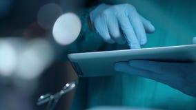 Ιατρικά χέρια που κρατούν το PC ταμπλετών Υπολογιστής ταμπλετών χρήσης γιατρών χειρούργων φιλμ μικρού μήκους