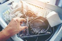 Ιατρικά όργανα χεριών γιατρών ` s σε μια παλαιά λαβίδα δίσκων χάλυβα στοκ φωτογραφίες