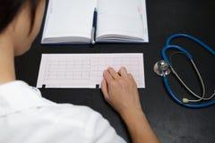Ιατρικές αναφορές γραψίματος γιατρών Στοκ φωτογραφία με δικαίωμα ελεύθερης χρήσης