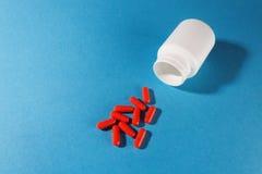 Ιατρικές βιταμίνες χαπιών με το πλαστικό άσπρο βάζο Στοκ φωτογραφίες με δικαίωμα ελεύθερης χρήσης