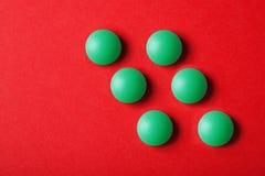 Ιατρικές βιταμίνες χαπιών σε ένα χρωματισμένο υπόβαθρο Στοκ εικόνα με δικαίωμα ελεύθερης χρήσης