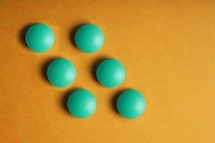 Ιατρικές βιταμίνες χαπιών σε ένα χρωματισμένο υπόβαθρο Στοκ Εικόνα