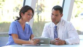 Ιατρικές πληροφορίες αναθεώρησης προσωπικού για την ψηφιακή ταμπλέτα απόθεμα βίντεο