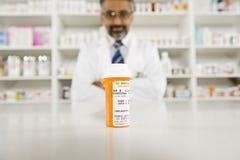 Ιατρικές συνταγές και αρσενικός φαρμακοποιός στοκ φωτογραφία με δικαίωμα ελεύθερης χρήσης
