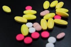 Ιατρικές ταμπλέτες διαφορετικές στο χρώμα Στοκ Εικόνες