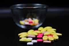 Ιατρικές ταμπλέτες διαφορετικές στο χρώμα Στοκ φωτογραφία με δικαίωμα ελεύθερης χρήσης