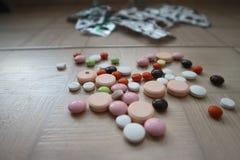 Ιατρικές ταμπλέτες και φάρμακα για τη θεραπεία των ασθενειών Στοκ Φωτογραφία