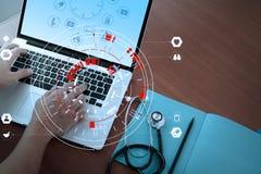 Ιατρική έννοια τεχνολογίας, έξυπνο χέρι γιατρών που λειτουργεί με σύγχρονο Στοκ Εικόνα