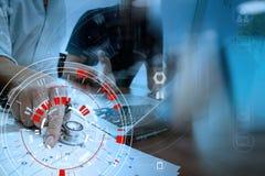 Ιατρική έννοια τεχνολογίας, έξυπνο χέρι γιατρών που λειτουργεί με σύγχρονο Στοκ φωτογραφίες με δικαίωμα ελεύθερης χρήσης