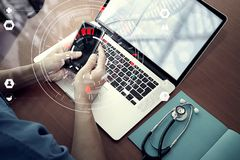 Ιατρική έννοια τεχνολογίας, έξυπνο χέρι γιατρών που λειτουργεί με σύγχρονο Στοκ φωτογραφία με δικαίωμα ελεύθερης χρήσης