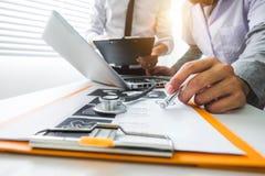 Ιατρική έννοια τεχνολογίας εργασία γιατρών στοκ εικόνα με δικαίωμα ελεύθερης χρήσης