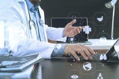 Ιατρική έννοια τεχνολογίας Γιατρός που εργάζεται με το έξυπνο τηλέφωνο και Στοκ Εικόνες