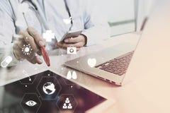 Ιατρική έννοια τεχνολογίας Γιατρός που εργάζεται με το έξυπνο τηλέφωνο και Στοκ εικόνα με δικαίωμα ελεύθερης χρήσης