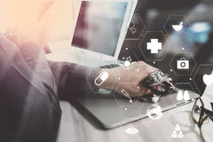 Ιατρική έννοια τεχνολογίας Γιατρός που εργάζεται με το έξυπνο τηλέφωνο και Στοκ Φωτογραφία