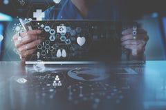 ιατρική έννοια techonlogy, έξυπνο χέρι γιατρών που λειτουργεί με σύγχρονο Στοκ εικόνες με δικαίωμα ελεύθερης χρήσης