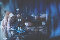 ιατρική έννοια techonlogy, έξυπνο χέρι γιατρών που λειτουργεί με σύγχρονο Στοκ Εικόνες