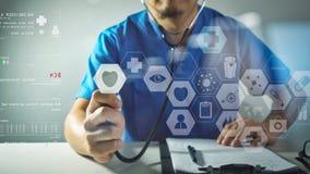ιατρική έννοια techonlogy, έξυπνο χέρι γιατρών που λειτουργεί με σύγχρονο Στοκ Φωτογραφίες