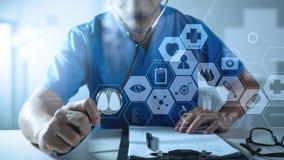 ιατρική έννοια techonlogy, έξυπνο χέρι γιατρών που λειτουργεί με σύγχρονο Στοκ εικόνα με δικαίωμα ελεύθερης χρήσης