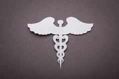 Ιατρική ανασκόπηση, αποκοπή εγγράφου του ιατρικού συμβόλου κηρυκείων στοκ εικόνα