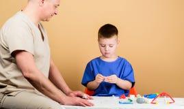 Ιατρική ασφάλεια Πρώτες βοήθειες r Το παιδί λίγος γιατρός κάθεται τα επιτραπέζια ιατρικά εργαλεία ( r στοκ εικόνα με δικαίωμα ελεύθερης χρήσης