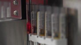Ιατρική αυτοματοποιημένη μηχανή εξετάσεων ούρων Κλινικός διαγνωστικός εργαστηριακός εξοπλισμός απόθεμα βίντεο
