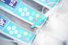 Ιατρική βελόνα σε ένα υπόβαθρο των ιατρικών συσκευών στοκ φωτογραφία με δικαίωμα ελεύθερης χρήσης