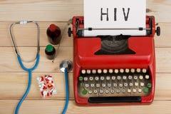 ιατρική διάγνωση - εργασιακός χώρος γιατρών με το μπλε στηθοσκόπιο, χάπια, κόκκινη γραφομηχανή με το HIV κειμένων στοκ εικόνα με δικαίωμα ελεύθερης χρήσης