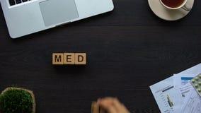 Ιατρική, θηλυκός γιατρός που κάνει τη λέξη των κύβων, ιατρική μεταρρύθμιση, υγειονομική περίθαλψη απόθεμα βίντεο