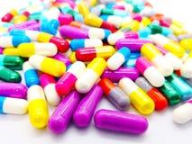 Ιατρική και έννοια υγειονομικής περίθαλψης Πολλές ζωηρόχρωμες κάψες Antibi στοκ εικόνες