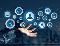 Ιατρική και γενικό εικονίδιο υγειονομικής περίθαλψης που επιδεικνύονται σε μια τεχνολογία ι Στοκ εικόνα με δικαίωμα ελεύθερης χρήσης