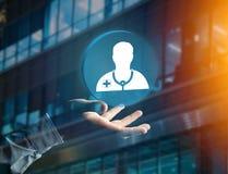Ιατρική και γενικό εικονίδιο υγειονομικής περίθαλψης που επιδεικνύονται σε μια τεχνολογία ι Στοκ Εικόνα