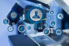 Ιατρική και γενικό εικονίδιο υγειονομικής περίθαλψης που επιδεικνύονται σε μια τεχνολογία μ Στοκ Εικόνες