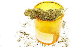 Ιατρική μαριχουάνα, μπουκάλι χαπιών Rx συνταγών και καννάβεις Στοκ εικόνα με δικαίωμα ελεύθερης χρήσης