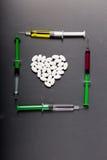 Ιατρική μορφή και σύριγγα καρδιών χαπιών Στοκ εικόνα με δικαίωμα ελεύθερης χρήσης