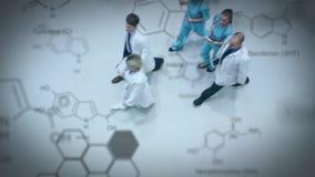 Ιατρική ομάδα που περπατά στο διάδρομο απόθεμα βίντεο