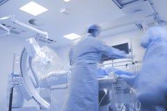 Ιατρική ομάδα στο cathlab που προετοιμάζεται στη χειρουργική επέμβαση Στοκ φωτογραφία με δικαίωμα ελεύθερης χρήσης
