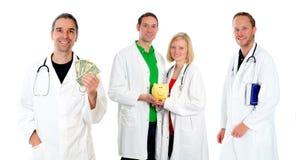 Ιατρική ομάδα με τα χρήματα, το βιβλίο και τη piggy τράπεζα Στοκ εικόνα με δικαίωμα ελεύθερης χρήσης