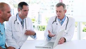 Ιατρική ομάδα που εξετάζει το φορητό προσωπικό υπολογιστή απόθεμα βίντεο