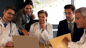 Ιατρική ομάδα που εργάζεται μαζί κατά τη διάρκεια της συνεδρίασης απόθεμα βίντεο