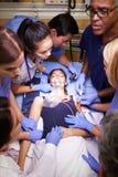 Ιατρική ομάδα που εργάζεται στον ασθενή στη εντατική Στοκ εικόνα με δικαίωμα ελεύθερης χρήσης