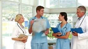 Ιατρική ομάδα που μιλά μαζί στο ιατρικό γραφείο απόθεμα βίντεο