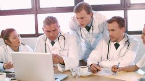 Ιατρική ομάδα που μιλά μαζί lap-top απόθεμα βίντεο