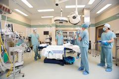 Ιατρική ομάδα που συζητά στο δωμάτιο λειτουργίας Στοκ εικόνα με δικαίωμα ελεύθερης χρήσης