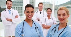 Ιατρική ομάδα που χαμογελά στη κάμερα από κοινού απόθεμα βίντεο