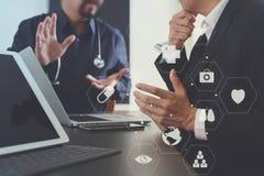 Ιατρική ομο έννοια, γιατρός που εργάζονται με το έξυπνο τηλέφωνο και δ εργασίας Στοκ Εικόνες