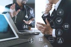 Ιατρική ομο έννοια, γιατρός που εργάζονται με το έξυπνο τηλέφωνο και δ εργασίας Στοκ φωτογραφία με δικαίωμα ελεύθερης χρήσης