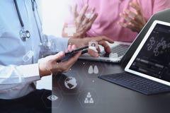 Ιατρική ομο έννοια, γιατρός που εργάζονται με το έξυπνο τηλέφωνο και δ εργασίας Στοκ εικόνα με δικαίωμα ελεύθερης χρήσης