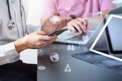 Ιατρική ομο έννοια, γιατρός που εργάζονται με το έξυπνο τηλέφωνο και δ εργασίας Στοκ φωτογραφίες με δικαίωμα ελεύθερης χρήσης