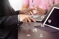 Ιατρική ομο έννοια, γιατρός που εργάζονται με το έξυπνο τηλέφωνο και δ εργασίας Στοκ εικόνες με δικαίωμα ελεύθερης χρήσης